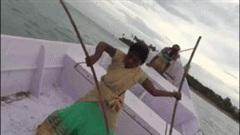 Bé gái 8 tuổi biểu diễn võ thuật điêu luyện trên thuyền khi biển động