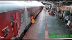 Khoảnh khắc mẹ bế con nhảy từ đoàn tàu đang chạy và bị ngã