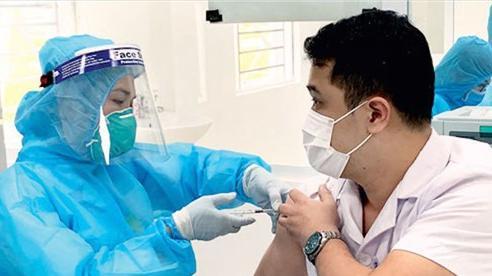 Bác sĩ Việt: Người đã tiêm vắc xin mắc Covid-19 bệnh nhẹ, nhanh xuất viện
