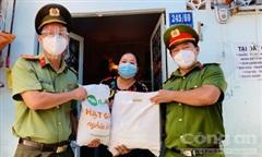 Người dân khu Mả Lạng xúc động khi nhận quà của Công an TPHCM