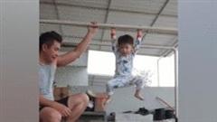 Bé 3 tuổi gây sốt với bài nhào lộn trên xà