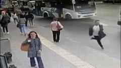 Cụ bà rơi khỏi xe buýt đang chạy vì lỗi ngớ ngẩn của tài xế