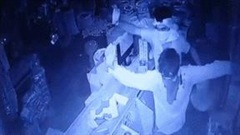Hai tên trộm bất ngờ 'khiêu vũ' trước camera trong cửa hàng