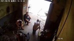 Lốp ô tô phát nổ rơi trúng đầu người đàn ông ngồi trong nhà