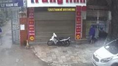 Hai thanh niên bẻ khóa, trộm xe máy cực nhanh trên phố Hà Nội