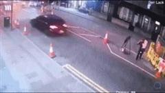 Khoảnh khắc đáng sợ mô tô vượt đèn đỏ tông ông bố bế con gái sang đường