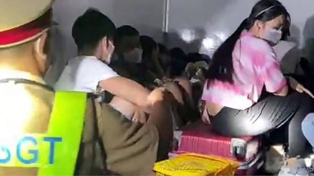 SỐC: 15 người bao gồm trẻ em nhét trong thùng xe đông lạnh 'thông chốt', nhiều người vã mồ hôi, khó thở
