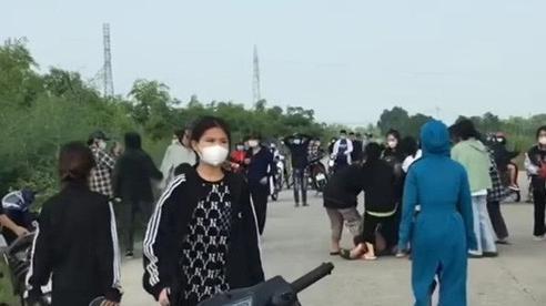 Hàng chục nữ sinh cầm mũ bảo hiểm, gậy sắt lao vào 'hỗn chiến' trên đê