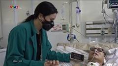 Nghệ sĩ Trần Mạnh Tuấn đã cười, biết nắm tay sau gần 1 tháng đột quỵ