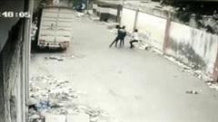 Khoảnh khắc bức tường đổ sập, 3 thanh niên thoát chết trong gang tấc