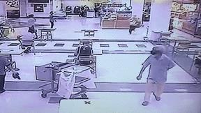 Mang dao đi cướp tiệm vàng, thiếu nữ bị người đàn ông 'tung chiêu' hạ gục