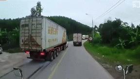 Container phanh cháy lốp, tránh được vụ tai nạn thảm khốc