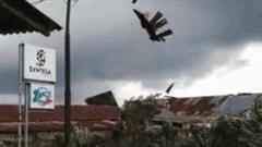 Khoảnh khắc lốc xoáy cuốn bay mái nhà, xé nát thành vô số mảnh vụn