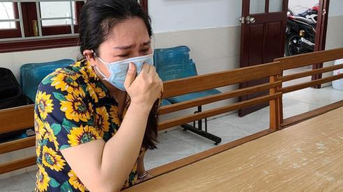Mẹ đơn thân của 4 đứa con khóc nức nở khi bị bắt vì cùng nhân tình vượt rào giãn cách 'ship' ma túy