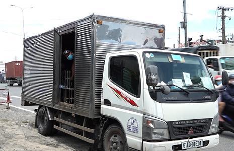 TPHCM: Phát hiện 6 người trong thùng xe tải 'luồng xanh' vượt chốt kiểm soát