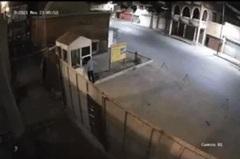 Kinh hoàng xe ô tô lao như tên bắn đâm thẳng 2 người tại chốt bảo vệ