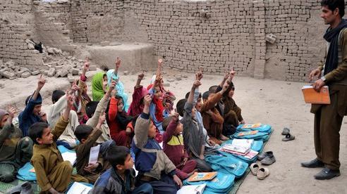 Taliban yêu cầu nam sinh và thầy giáo tới trường học