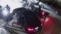 Cướp xe sang BMW chóng vánh chưa đến 1 phút giữa phố