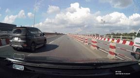 Xe 7 chỗ bất ngờ lao vào dải phân cách, húc lật xe tải trên cầu Thanh Trì