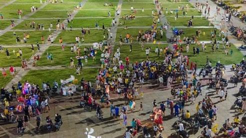 'Biển người' Quảng Ninh chen chân đổ về quảng trường đón Tết Trung thu sớm dịp cuối tuần