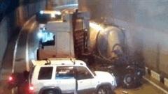 Khoảnh khắc 5 xe ô tô đâm nhau liên tiếp trong đường hầm trơn trượt