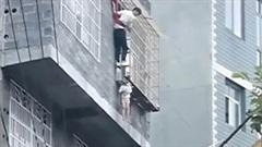 Giải cứu bé gái bị kẹt cổ ngoài khung sắt chung cư khi bà vắng nhà