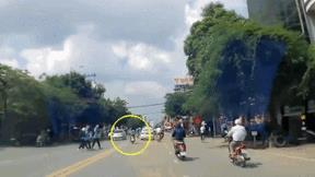 Nữ sinh chạy xe máy tốc độ cao gây tai nạn liên hoàn