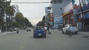 Tránh xe máy đi ngược chiều, người đi xe đạp va phải ô tô ngã ra đường