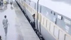 Vội rời đoàn tàu đang chạy, mẹ và con gái 3 tuổi bị ngã xuống đường ray