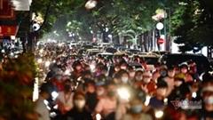 Nghìn người đổ đi chơi Trung thu, các phố quanh Hồ Gươm, Hang Mã ùn tắc