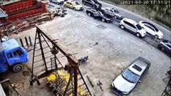 Xe đầu kéo mất phanh đâm hàng loạt ô tô đang đỗ trên đường