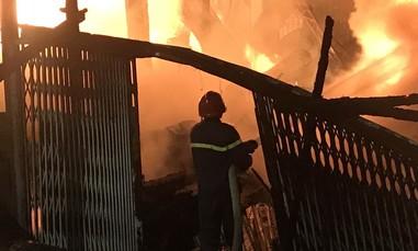 Cháy lớn tại xưởng gỗ và dãy nhà trọ trên quốc lộ 1 ở Sài Gòn