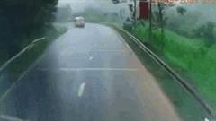 Vào cua tốc độ cao, xe buýt tông trực diện xe đầu kéo