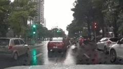 Ô tô bất ngờ 'thốc ga' tông 4 xe máy đang dừng đèn đỏ ở Hà Nội