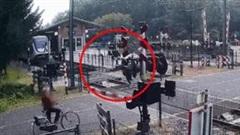 Khoảnh khắc người phụ nữ liều lĩnh chạy bộ cắt mặt đoàn tàu tốc hành