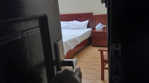 Vượt 300km đến thăm chồng, vợ đau lòng thấy cảnh trong phòng