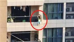 Bé 4 tuổi bám ngoài ban công tầng 11 khiến nhiều người kinh hãi