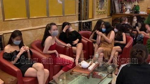 Giữa đêm phát hiện 38 nam nữ hư hỏng trong quán karaoke