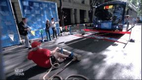 Người đàn ông từng kéo máy bay, xe tải lập kỷ lục mới kéo xe buýt 15 tấn