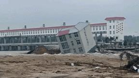 Hồ xả lũ khiến tòa nhà nhiều tầng trôi xuống sông, 'nát vụn' sau vài giây