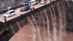 """Cây cầu cũ kỹ """"xả nước như thác"""" ở Trung Quốc"""