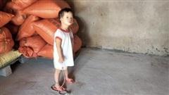 Cha mẹ nghèo nuốt nước mắt 'buộc con' ngay cả khi đêm xuống