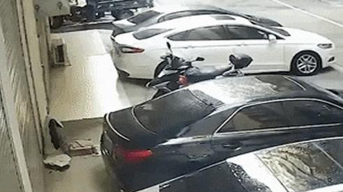 Chủ xe khóc thét khi người phụ nữ 'bán khỏa thân' rơi xuống nóc xe mình, lý do cú ngã thật khó đỡ