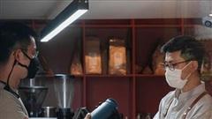 Quán cà phê Hà Nội 'chảnh' không giống ai, khách phải mang bình hoặc về tay không