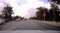 Tài xế đánh lái xuất thần tránh đâm trực diện vào 'xe điên' trên đường
