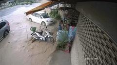 Đường ống nước bất ngờ phun trào, cuốn trôi đồ đạc nhà hàng bên đường