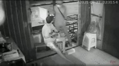 Bốn thanh niên cầm liềm xông vào nhà dân cướp điện thoại