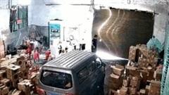 Khoảnh khắc gió mạnh thổi bay cửa cuốn nhà kho bằng sắt ở Trung Quốc