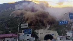 Hàng trăm khối đất đá lăn xuống đường, che kín đường hầm xuyên núi