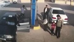 Ô tô bất ngờ phát nổ như bom khi đang đổ xăng